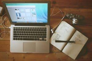 Laptop und Notizheft